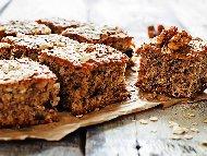 Рецепта Мързелив бърз и лесен кекс със сладко от боровинки и орехи (с бакпулвер)